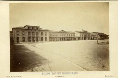 Gebouw van de Rhijnspooweg, 1870. Er staat sinds 1843 een station.