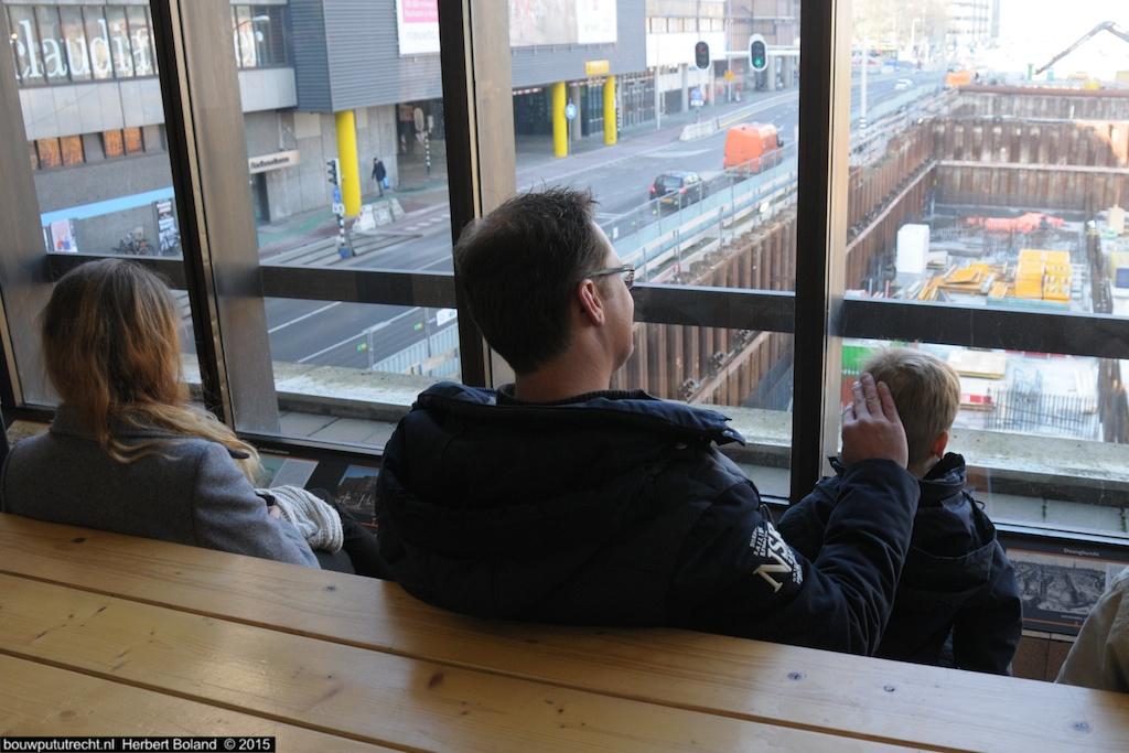 Zicht vanaf traverse: pa en zoon genieten, ma vindt smartphone interessanter