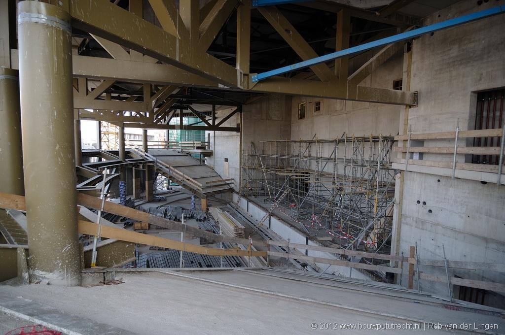 Popzaal, balkon. Het podium is breed en ondiep, zodoende is de band altijd goed te zien.