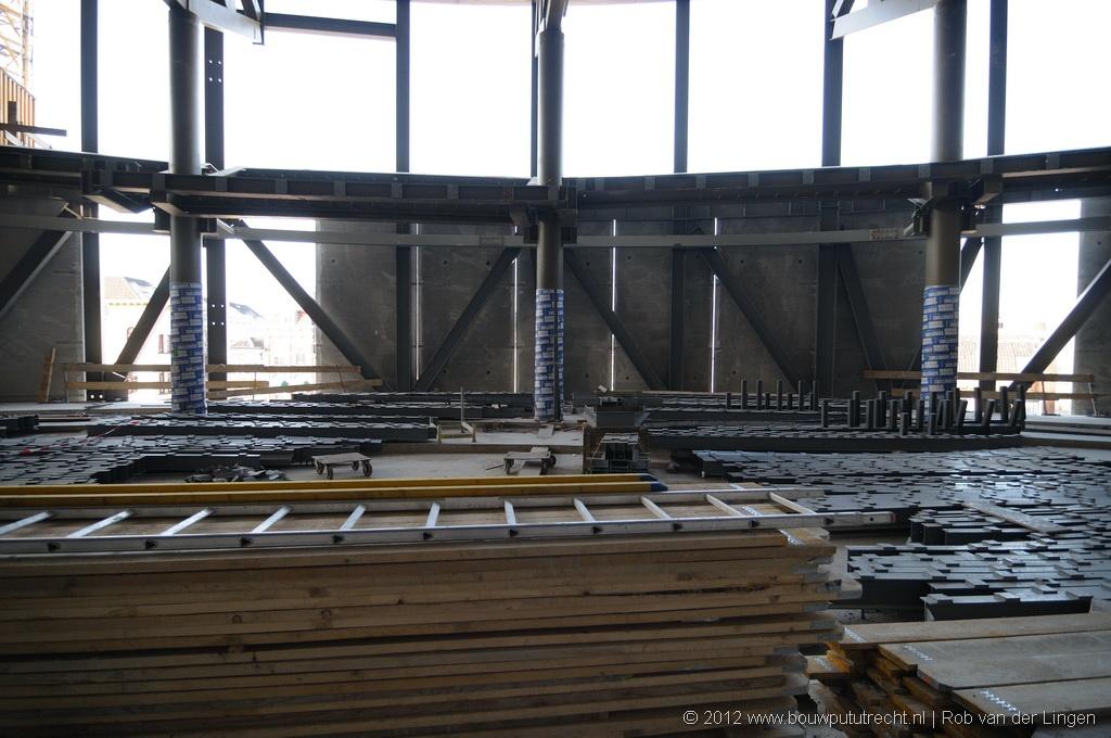 Zicht op de betonelementen van de gevel. Er komt nog een kunststof buitengevel en een ontkoppelde binnenwand.