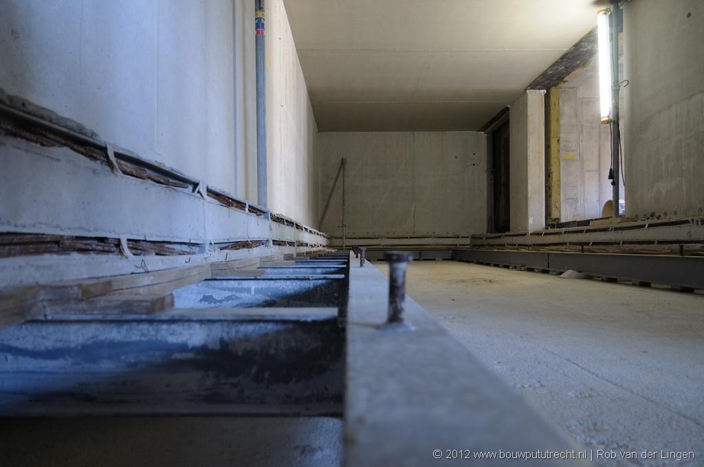 Details van dubbele vloerconstructie in opbouw, backstage.