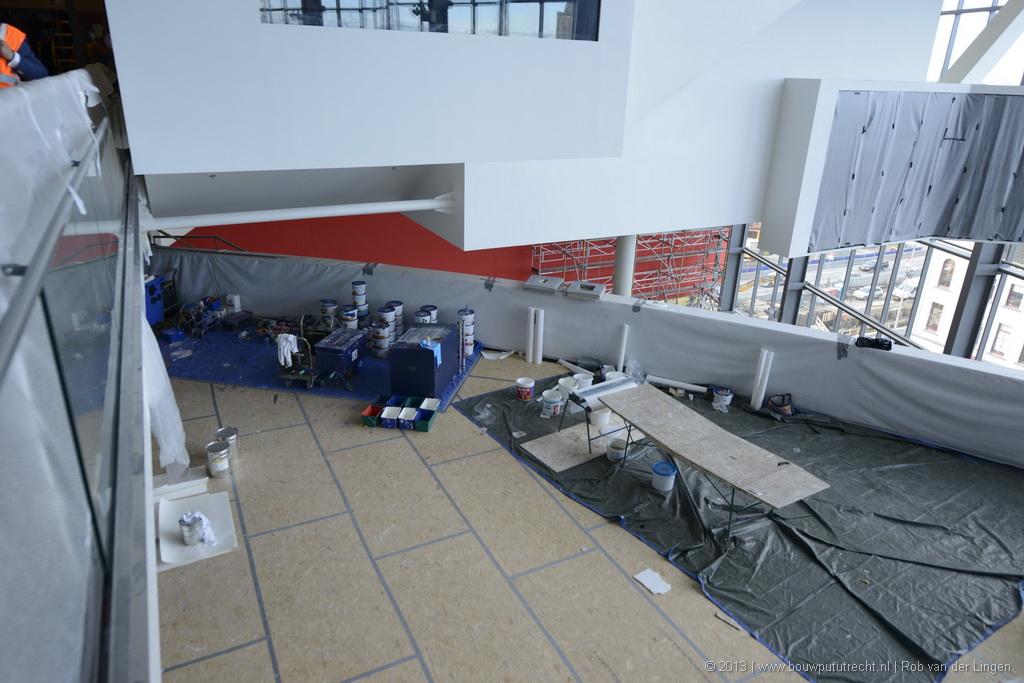 Muziekplein, rechtsboven de videoinstallatie van Aernout Mik waarop een zesde zaal te zien zal zijn